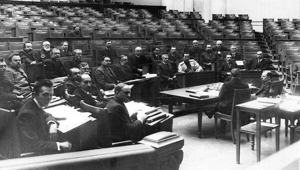 Заседание одной из думских комиссий в Четвертой Государственной думе; сидит первый слева в первом ряду А.Ф.Керенский