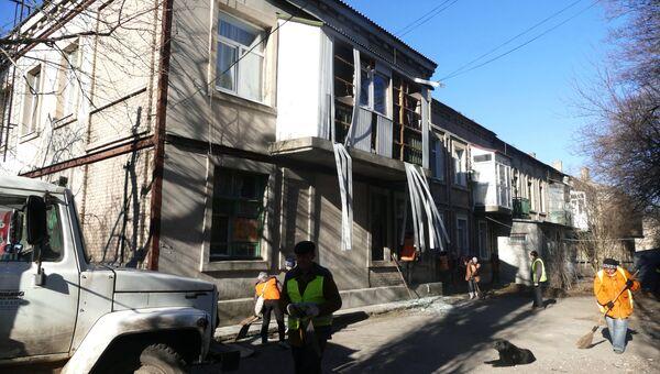 Жилой многоквартирный дом, пострадавший в результате обстрела Ясиноватой в Донецкой области