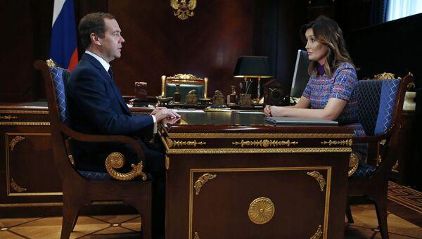Председатель правительства РФ Дмитрий Медведев и генеральный директор Агентства стратегических инициатив (АСИ) Светлана Чупшева во время встречи. 31 марта 2017