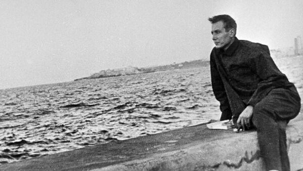 Поэт Евгений Евтушенко на набережной в Гаване. 1960 год