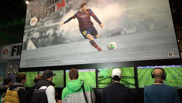 Игроки на стенде компьютерной игры FIFA 14 на выставке ИгроМир 2013 в Крокус Экспо