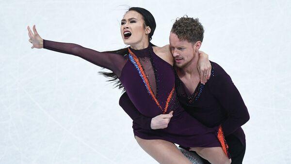 Мэдисон Чок и Эван Бейтс выступают в произвольной программе танцев на льду на чемпионате мира по фигурному катанию в Хельсинки