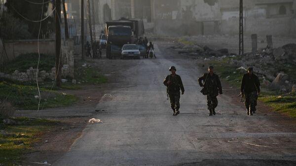 Бойцы сирийской армии в поселке к северу от города Хама