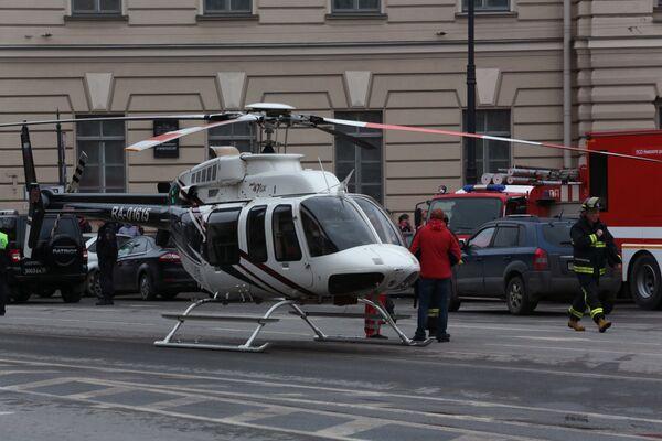 Вертолет у станции метро Технологический институт в Санкт-Петербурге