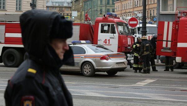 Сотрудники спецслужб у станции метро Технологический институт в Санкт-Петербурге