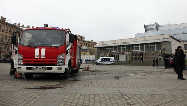 Аварийные службы у станции метро Сенная площадь в Санкт-Петербурге