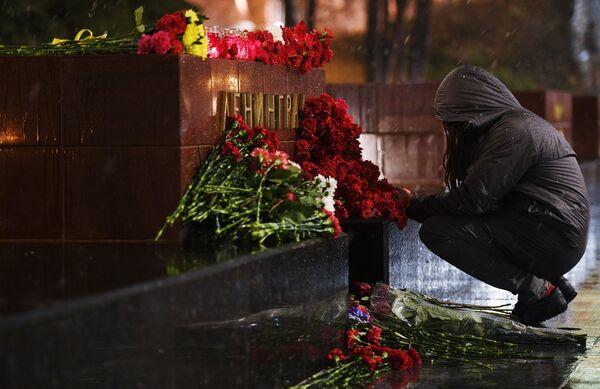 Девушка возлагает цветы к мемориалу города Ленинград на Аллее Городов-героев в Москве в память о погибших в результате взрыва в метро Санкт-Петербурга
