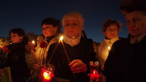 Участники акции памяти по погибшим в результате взрыва в метрополитене Санкт-Петербурга на площади Ленина в Симферополе