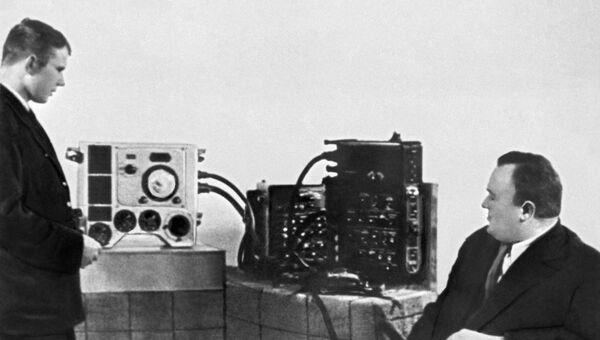 Академик Сергей Королев, основоположник практической космонавтики принимает экзамен по материальной части корабля Восток у кандидата в космонавты Юрия Гагарина