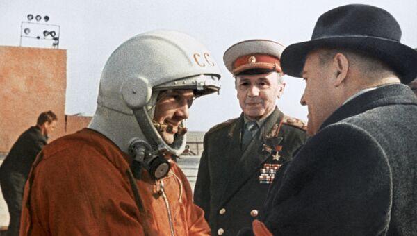 Летчик-космонавт СССР Юрий Гагарин и Сергей Павлович Королев перед стартом