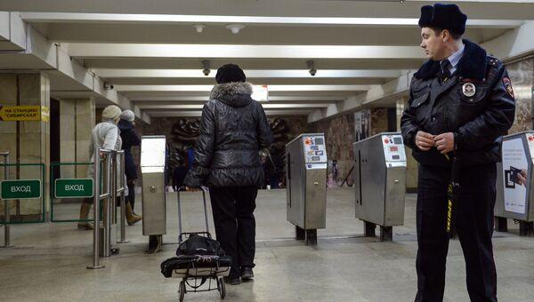 Сотрудник службы безопасности в метро. Архивное фото