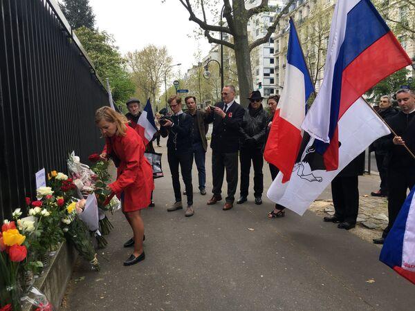 Митинг памяти по погибшим в результате взрыва в метро Санкт-Петербурга у посольства РФ в Париже