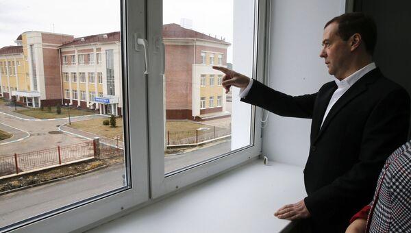 Председатель правительства РФ Дмитрий Медведев во время посещения строящегося комплекса Школа Сколково-Тамбов. 4 апреля 2017
