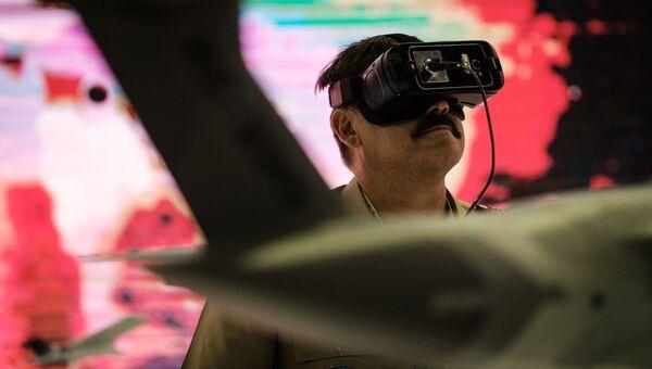 Оптическая система VR на выставке LAAD 2017 Defense and Security в Рио-де-Жанейро, Бразилия, 4 апреля 2017