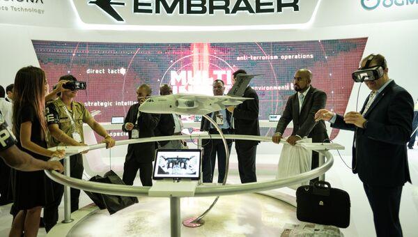 Посетители пробуют очки VR во время выставки LAAD 2017 Defense and Security в Рио-де-Жанейро, Бразилия, 4 апреля 2017