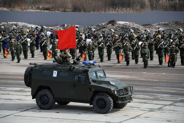 Бронеавтомобиль Тигр механизированной колонны Московского гарнизона во время тренировки к военному параду на Красной площади 9 мая 2017 года