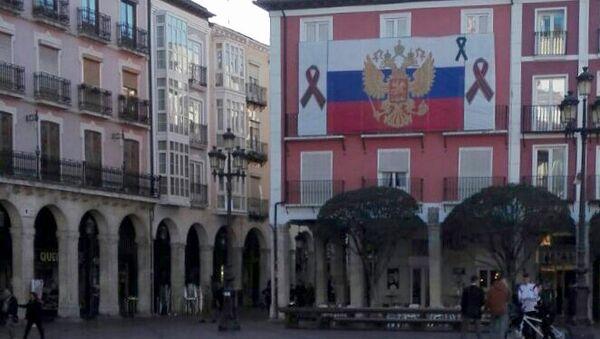 Флаг России с траурными лентами появился на главной площади испанского города