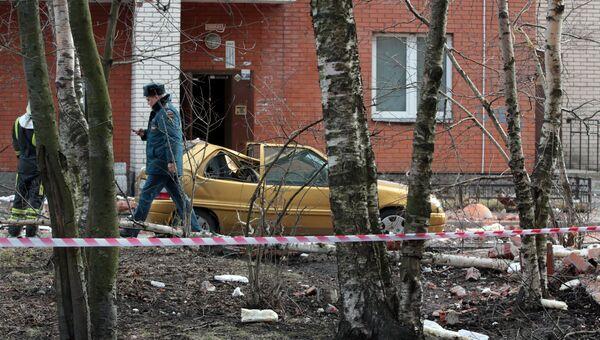 На месте обрушения стены жилого дома на проспекте Солидарности в Санкт-Петербурге. 6 апреля 2017
