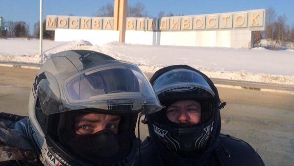 Мотопутешественники Сергей Валявко и Дмитрий Новиков во время пробега из Североморска во Владивосток в январе 2017 г.