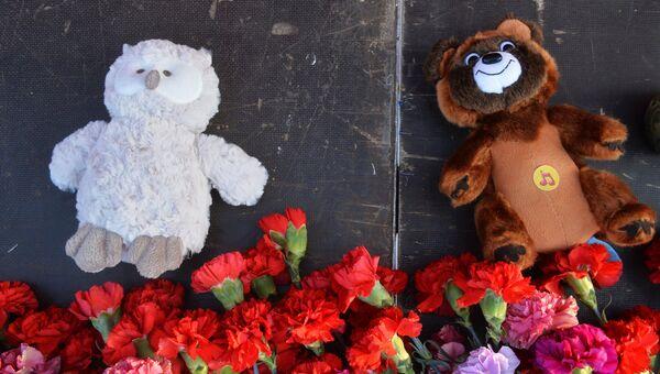 Цветы и плюшевые игрушки на Кремлевской набережной в Казани в память о жертвах теракта в Санкт-Петербурге