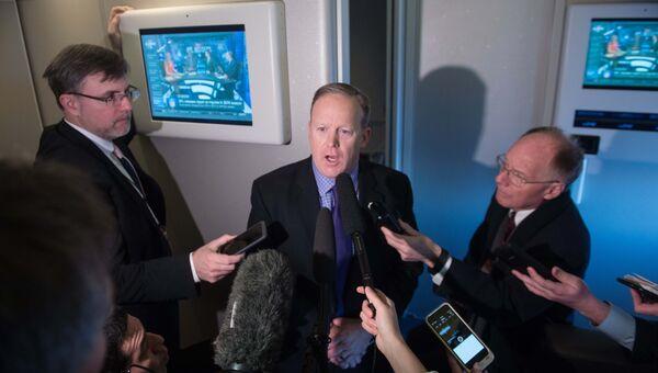 Пресс-секретарь президента США Шон Спайсер во время брифинга с журналистами на борту самолета президента