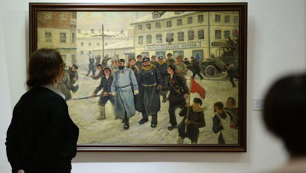 Посетители на открытии выставки Событие, потрясшее мир, посвященной 100-летию революции 1917 года, в Новосибирске