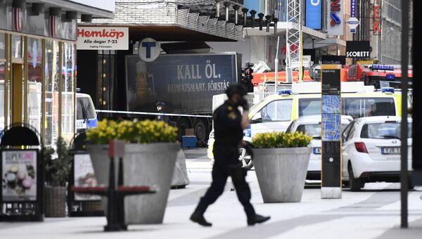 Полиция на улице Дроттнинггатан в Стокгольме после наезда грузовика на людей. Архивное фото