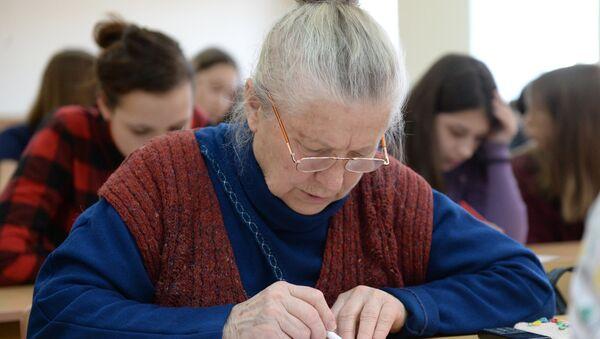 Участники ежегодной акции по проверке грамотности Тотальный диктант — 2017 в аудитории Омского государственного университета им. Достоевского