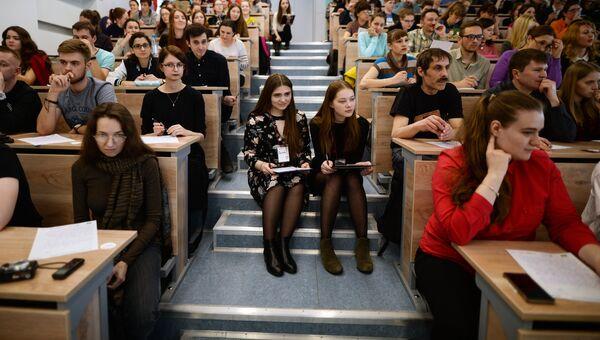 Участники во время ежегодной акции по проверке грамотности Тотальный диктант в аудитории Новосибирского государственного университета В Новосибирске. Архивное фото