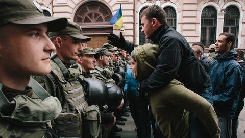 Военнослужащие и демонстранты у здания украинского филиала Сбербанка в Харькове. 10 апреля 2017