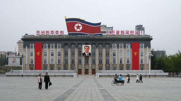 Центральная площадь имени основателя КНДР Ким Ир Сена в Пхеньяне, КНДР