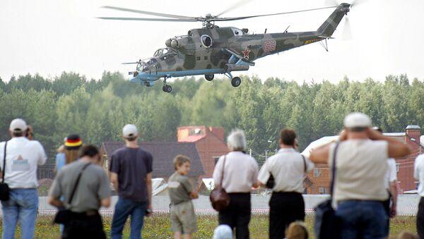 Вертолеты Ми-24 пилотажной группы Беркуты во время авиашоу в городе Монино, 29 июля 2005