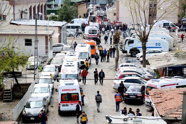 Автомобили скорой помощи на месте взрыва в Диярбакыре, Турция. 11 апреля 2017