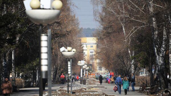 Местные жители на улице Весенняя в Кемерово