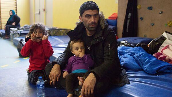 Курдская семья в центре помощи в поселке Гранд-Синт после пожара в лагере мигрантов Гранд-Синт (Линьер) на севере Франции. Архивное фото