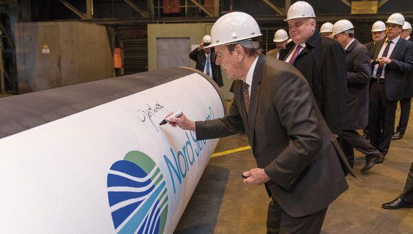 Председатель совета директоров Nord Stream 2 Герхард Шредер и главный исполнительный директор Nord Stream 2 Маттиас Варниг после экскурсии по трубному заводу Europipe в Мюльхайме. Германия, 2006