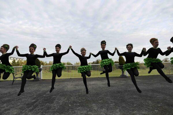 Танцоры разминаются перед выступлением во время чемпионата мира по ирландским танцам в Дублине. Ирландия, 11 апреля 2017