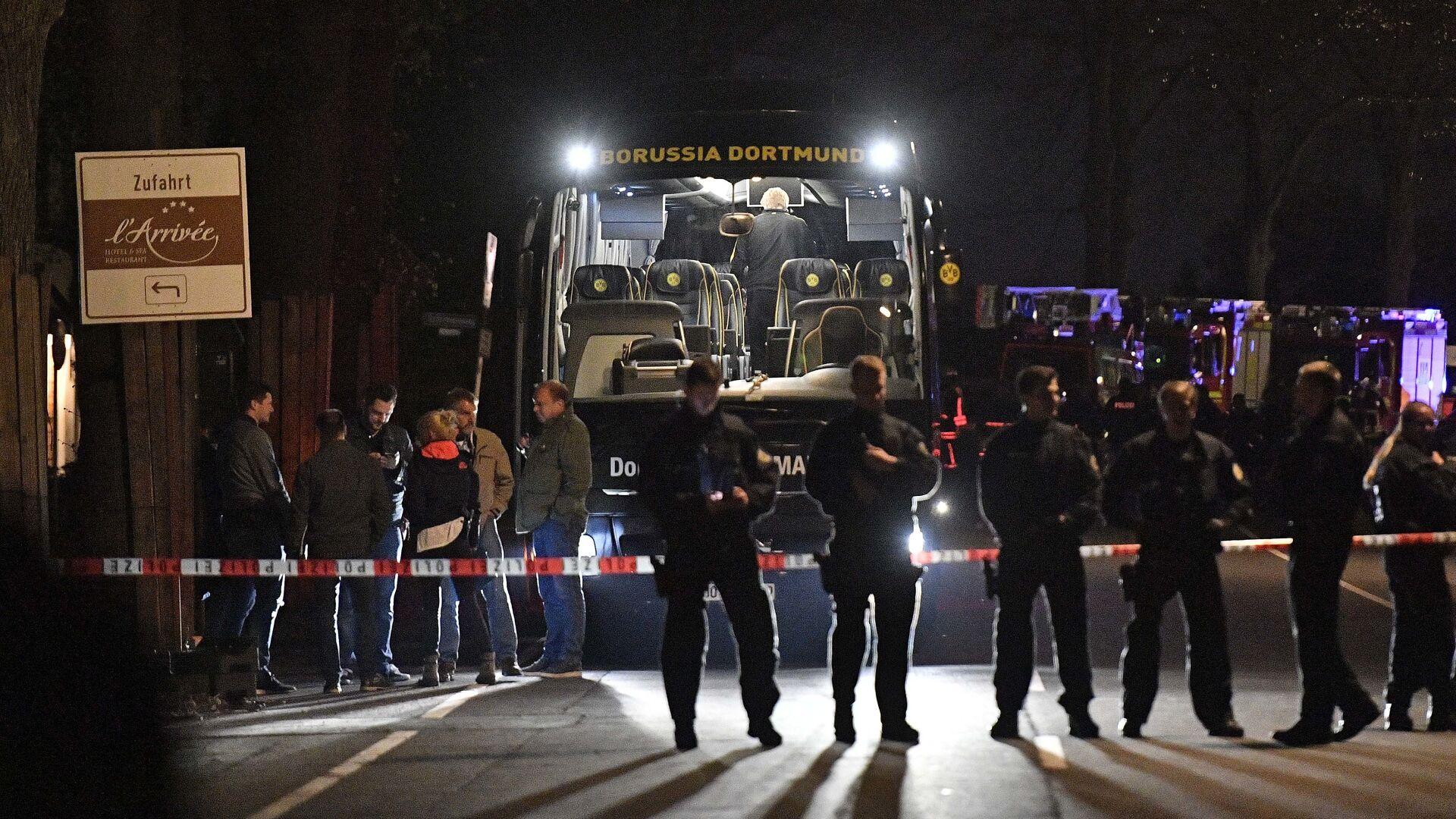 Полицейские у автобуса футбольного клуба Боруссия Дортмунд после взрыва перед матчем Лиги чемпионов. 11 апреля 2017 - РИА Новости, 1920, 12.04.2017