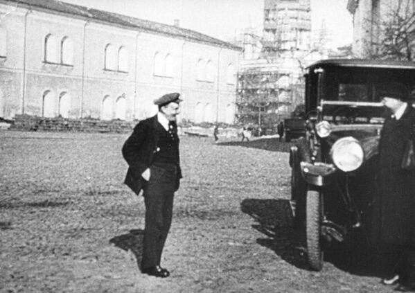 Владимир Ильич Ленин, председатель совнаркома РСФСР на прогулке в Кремле. 1918 год