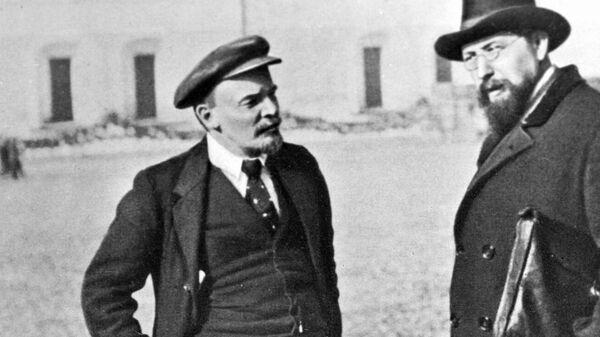 Владимир Ильич Ленин и Владимир Дмитриевич Бонч-Бруевич на прогулке во дворе Кремля. 16 октября 1918 года