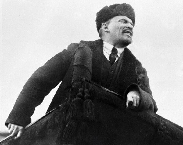 Владимир Ильич Ленин произносит речь с трибуны на Красной площади в день празднования I-ой годовщины Великой Октябрьской социалистической революции