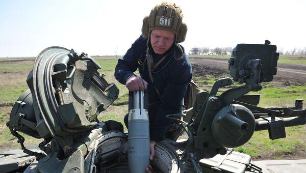 Экипаж танка Т-72 Б1 150-й мотострелковой дивизии производят заряжение снарядов перед началом учебных стрельб на полигоне Кадамовский