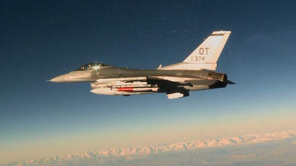 Американский истребитель F-16C с авиабомбой B61-12
