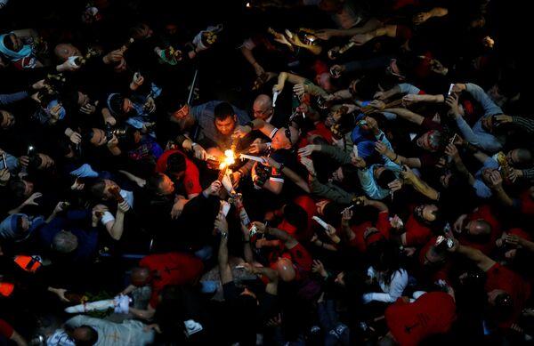 Верующие в храме Гроба Господня во время схождения благодатного огня