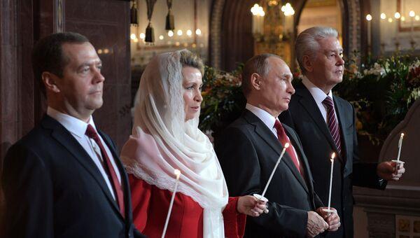 Президент РФ В. Путин и премьер-министр РФ Д. Медведев на пасхальном богослужении в храме Христа Спасителя