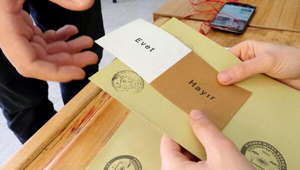 Бланк для голосования на одном из избирательных участков в Анкаре. В Турции проходит референдум по поправкам в Конституцию, предусматривающих переход на президентскую систему правления