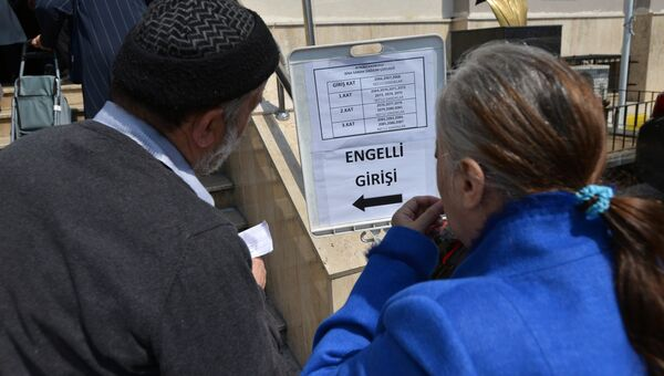 Жители Стамбула у одного из избирательных участков города. В Турции проходит референдум по поправкам в Конституцию, предусматривающих переход на президентскую систему правления