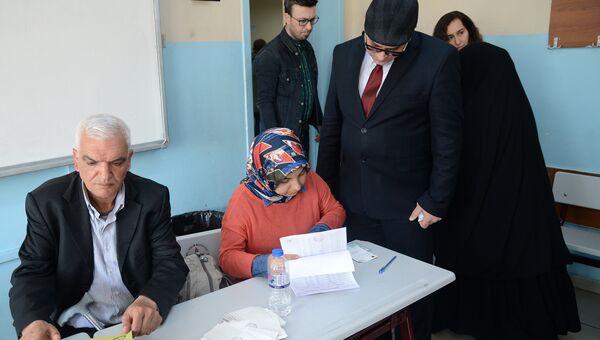 Жители Стамбула на одном из избирательных участков города. В Турции проходит референдум по поправкам в Конституцию, предусматривающих переход на президентскую систему правления