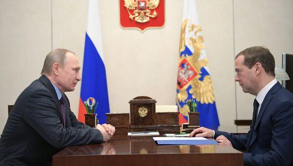 Президент РФ Владимир Путин и председатель правительства РФ Дмитрий Медведев во время встречи. 17 апреля 2017