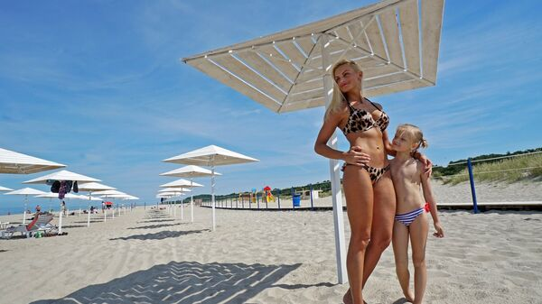 Мама с дочкой на пляже поселка Янтарный в Калининградской области